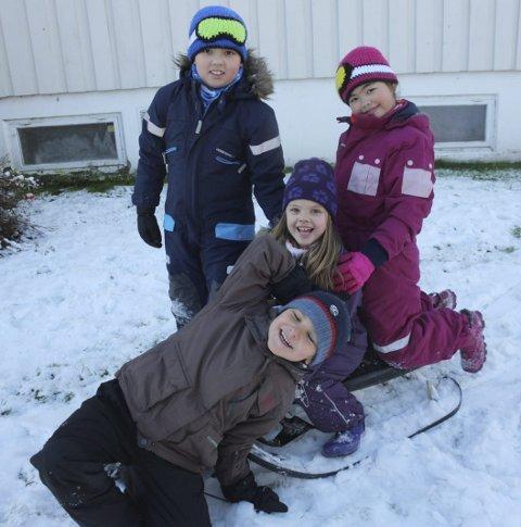 Den kalde, fine tida: Kevin Kristoffer Delbekk, Isabella Loisa Delbekk, Anna Bergsdottir og Gie Guiellermo ønsker vinteren velkommen i hagen til Anna. Foto: vivi rian