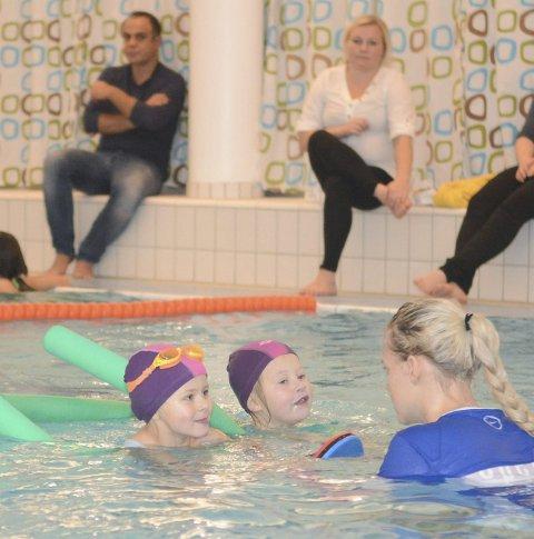 Må starte tidlig: Det anbefales å starte svømmeopplæringen allerede i 4-5-årsalder. Aller først handler det om å bli fortrolig i vann.