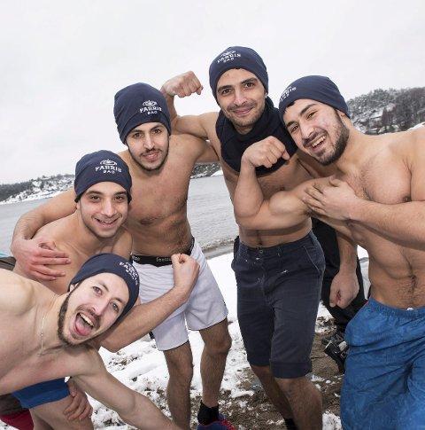 Satte verdensrekord: Ismail Alali, Mohamad Alkhatib, Mohammed Alali, Abdelaziz Altinawi og Ismail Mostafi Alali var blant syrerne som satte verdensrekord under isbadingen på Batteritomta søndag formiddag.foto: joachim hellenes