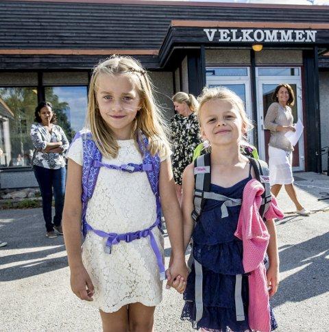 Gleder seg: Kaja Wiik (t.v.) og Tuva Fossum Andersen har gledet seg til å begynne på skole i hele sommer. I går var endelig den store dagen kommet. Foto: Bjørn Jakobsen