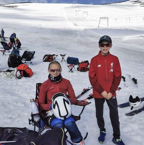 Zara Henriksen Kralicek føler hun har stort utbytte av å få trene alpint sommerstid. Her sammen med broren Fernando. Foto: Thor Einar Henriksen