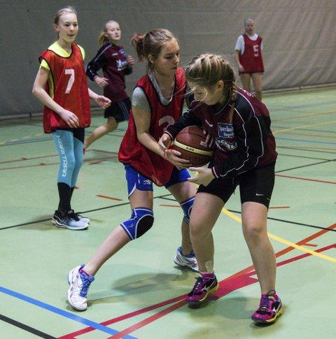 Tid for finaler: Skolecupen i basketball går inn i den avgjørende fasen med finalespill. Hallingby-jentene (i rødt) er klare for semifinale.