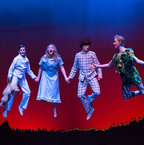 Rett til værs: Som regissør for «Peter Pan»(bildet) og «Oliver» viste Magnus Landaas Skjervold at han utviser god teft for gode oppsettinger. Foto: Anne Merete Rodem