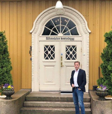 NYTT KONTOR: Adovaktfirmaet Næss, Lærum, Lier og Stende utvider lokalene sine. Her står advokat Gard Lier foran kontoret på Eidsvoll.