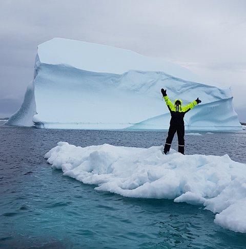 EKSOTISK: Anne Brit har funnet et isflak å stå på utenfor Grønland .