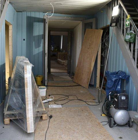 AVSLUTTES: I juli skal bygget overleveres fra byggherre og alt dette rotet skal fjernes. På den ene siden i denne gangen jobbes det nå med å etablere et nytt toalett. ALLE FOTO: Ingunn Håkestad Bråthen