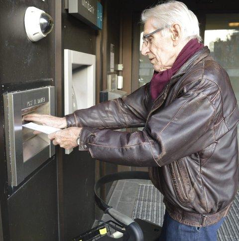 Postkassa hos banken: Papir omhyggelig samlet i en konvolutt, med signatur på omslaget – dét er måten Knut Gjertsen gjør opp for seg på. Foto: Jan Roaldset
