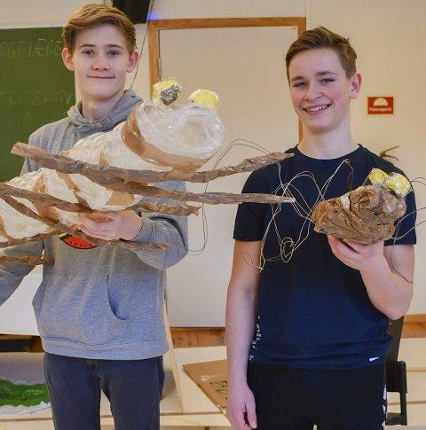 «Petter, Lisa og tidsteipene»: I en av musikalens scener kreves det innslag av insekter. Det har Magnus Fedje (til venstre) og Audun Due-Tønnessen på kulisseverkstedet sørget for.Foto: Mette Urdahl
