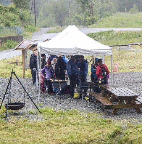 VÅTT: Arrangørane var fornøgd med oppmøtet med tanke på det dårlege været.