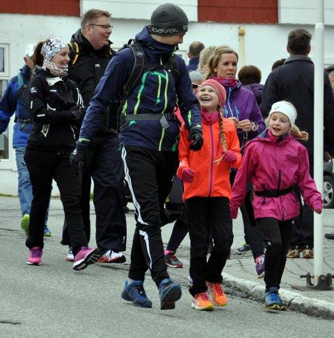 SPORTY: Det var variert alder på deltagerne under nordkappmarsjen i 2017. Nå ønsker man at mange flere skal ta på seg joggeskoene og være med å gå verdens nordligste marsj.