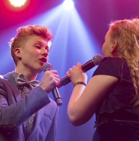 SANG: Else og Dovydas (begge 16) fra Ballangen.