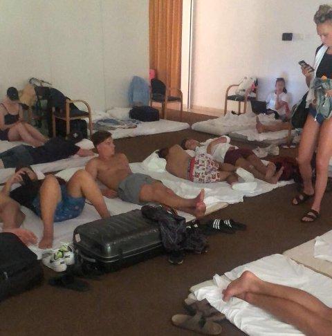 Her er Kongsvinger-gjengen: – Det ligger folk overalt. Vi ser små barn som sover i foreldrenes kofferter, sier Simen Strømstad.
