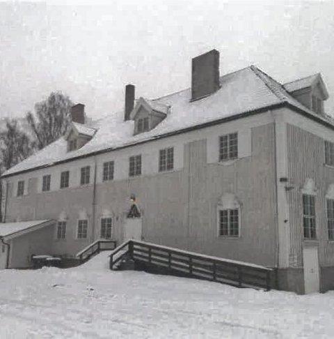 BLÅTT LYS: Framhaldsskolen fredes inntil videre, men det brenner et blått lys for den gamle bygningen på Skotterud.