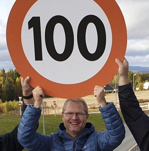 JUBLET: Stortingsrepresentant Tor André Johnsen (Frp) jublet over at fartsgrensen på E16 mellom Kongsvinger og Slomarka ble hevet til 100 km/t. Men nå protesterer han mot at avtroppende samferdselsminister ikke vil gjøre fartsgrensen  permanent.
