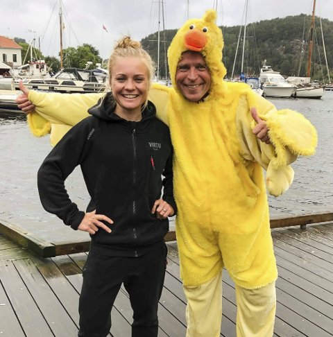 NY SYKKELFEST: Roy Moberg, rittdirektør i kyllingdrakt og datteren Emilie (proffsyklist for Drops) gleder seg til en ny utgave av Ladies Tour om et drøyt halvår.
