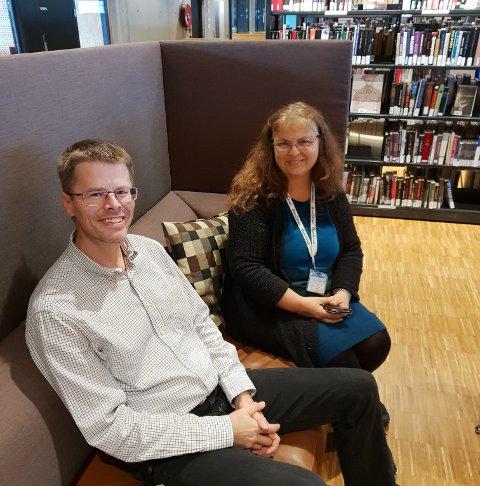 SPRÅKTREFF: Biblioteksjef Per Olav Sanner og biblitekar Bente Rogndahl lager språktreff på Hamar bibliotek på mandager.