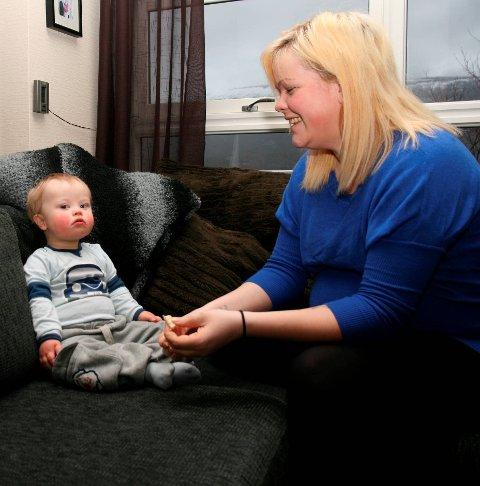 På TV: Gunn Britt Westerheim og sønnen Jonas. var i 2011 med på kanal FEM sin realiyserie «Unge mødre». Redaksjonen fant familien fordi Gunn Britt var mamma-blogger på internett. Fra Hardanger Folkeblad 29. april 2011.