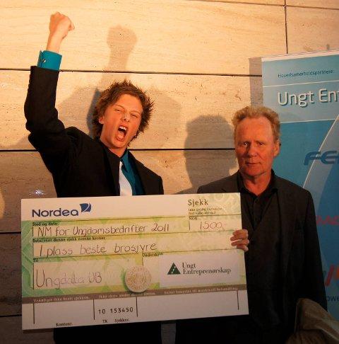 Vant: Frode Leonhardsen og prisutdeler Patrik Verde. Fra HF 9. mai 2011.