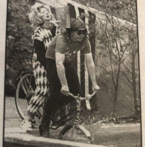 Ta sjansen: Svend Magnus Forsberg og Anne Kristine Knutsen på veg ut i badedammen. Fra HF 3. juni 1996.