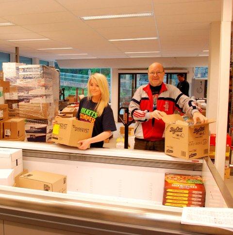 Tyssedal: Butikksjef Terje Salvesen og butikkmedarbeider Elne Reisnes fyller på varer før åpning. HF 8. juni 2011.