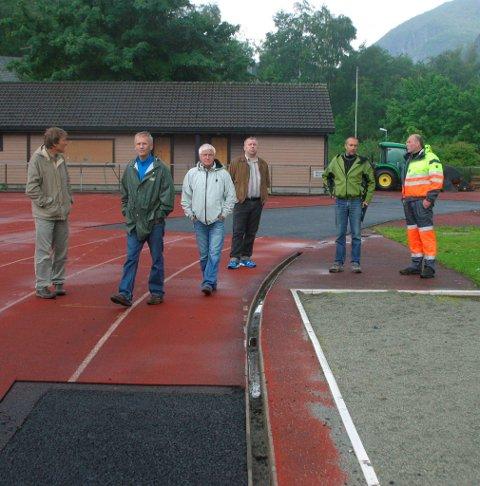 Befaring på Odda stadion: F.v. Tor Henrik Mannsåker, Rolf Bøen, Finn Kristoffersen, Nils Petter Freim, Endre Tokheim og Einar Riise. Fra HF 29. juni 2011.