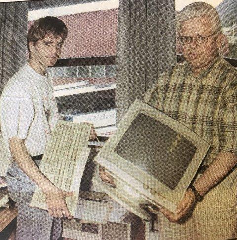 Avisredaksjon på flyttefot: Sommarvikar Dan Erik Aggvin (t.v.) og redaktør Arne Hesjedal. Frå HF 14. august 1996.