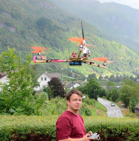 Demotur: Halldor Utne jr. demonstrerer sitt selvbygde helikopter. Fra HF 17. august 2011.