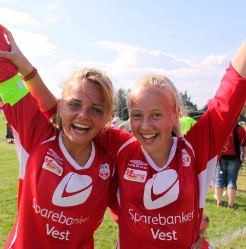 Jubel: Julia Celina Aase Svåsand og Mari Børve fra OFK sitt småjentelag jubler over seier mot Skeid i åttendedelsfinalen. Norway Cup 2011.