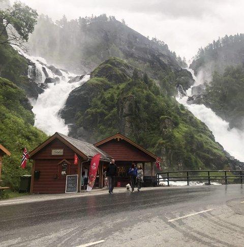 Låtefoss kiosk: – Juli har vært helt ok takket være norske turister, sier innehaver Patrick Hylland. Foto: Ernst Olsen