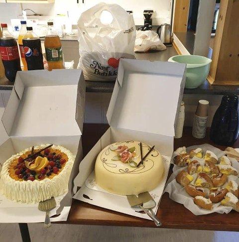 Kakefest: Gjenåpningen ble markert med kaker og brus. Foto: Privat