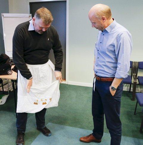 Ble lurt: Sikkerhetsekspert Steinar Vadla Risa viser senterleder Dag Einar Solberg et forkle som ble brukt til å stjele en TV.