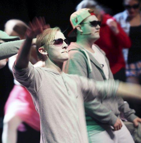 Opprør fra oven: Vefsn folkehøgskole viste sin vårforestilling i Mosjøen kulturhus fredag. Premieren var i Nordland Teater. Jesper Lange storspiller som «Måken Jonathan». Foto: Stine Skipnes