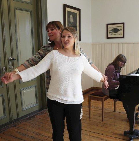 Masterclass: – Jeg hører at du har mer pust, sier Isa Katharina Gericke og får fram det beste i Karoline Persdatter Nygaard. Sang og cembalo er nytt av året Toppenkruset 2015. Foto: Stine Skipnes