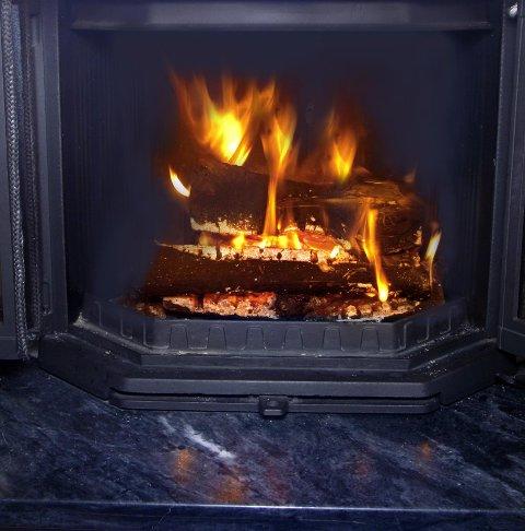Beregninger fra SINTEF viser at husholdninger som bytter gamle ovner med nye ovner, reduserer svevestøvutslippet med opp mot 86 prosent. Forskjellen mellom åpen peis og en moderne ovn er enda høyere – 96 prosent. Også utslippet av de aller minste og farligste partiklene (PM 2,5) reduseres til en tidel, ifølge SINTEF. Nå vil Norsk varme og Naturvernforbundet forby bruken av gamle vedovner.