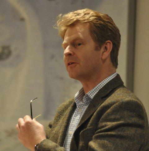 VIL TIL BUNNS Leder Roar Løken Lunder i kontrollutvalget sier det er viktig at man kommer til bunns i mobbesakene i Gjøvik-skolen .