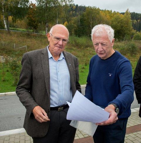SAMMEN: – Heller sykehus på Gjøvik enn ved Mjøsbrua, sier Hamar-ordfører Einar Busterud (t.h.). Ordfører i Gjøvik Bjørn Iddberg gjengjelder «elskverdigheten».