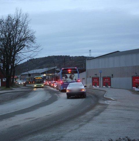 KNUSTE: Bilruta ble knust ved Frednesøya.