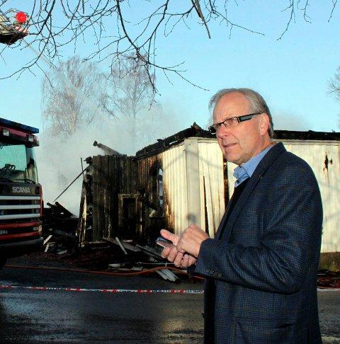 BRANNTOMTA: Beyer ved brannruinene 11. april 2011.