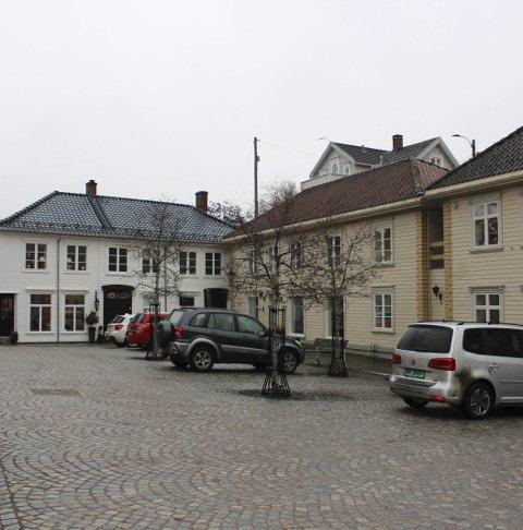Stjålet: Kvinnen ble frastjålet skiltene ved øvre torg i Brevik.