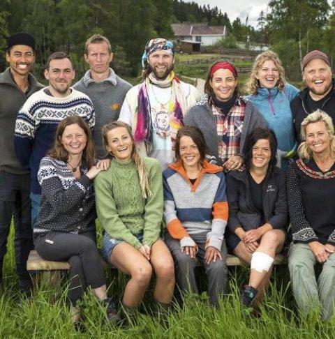 FARMEN: Martine Ek Hagen er med i «Farmen Kjendis» (nummer to fra venstre foran). Her er hun sammen med de andre deltakerne. foto: Tv 2