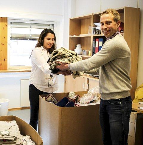 BARNEKLÆR: Denne uka ga Knut Ivar Haave, kategorisjef i Felleskjøpet, bort klær til Alalé Najafi i flyktningtjenesten. FOTO: ELISABETH JOHNSEN
