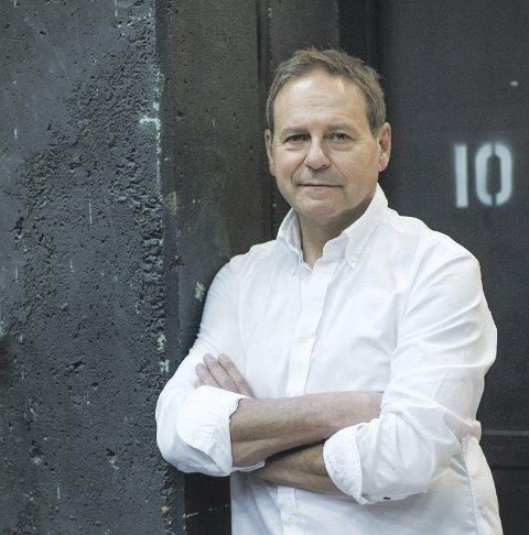 """TIL SLEMMESTAD: Svein Tindberg måtte utsette forestillingen i april, men nå kommer han til bygda med """"Som Skrevet Står""""."""