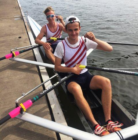 LOVENDE: Oliver Melnes (t.h.) og Jacob Gundersen fra Sarpsborg Roklubb leverte flere god løp i Hortensregattaen.