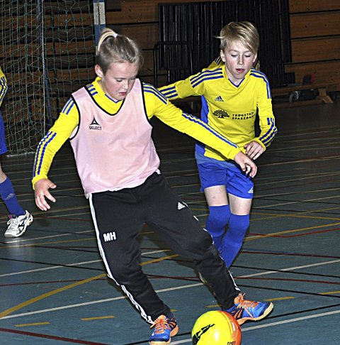 TO IDRETTER: Martin Haugbro (med ball) og andre i Trøgstad skal få lov til å drive med flere idretter.       ARKIVFOTO