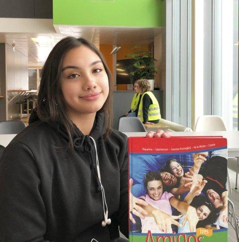 Spanskboka: Sara Øverby (15) har spansk helt for seg selv på Spydeberg ungdomsskole.