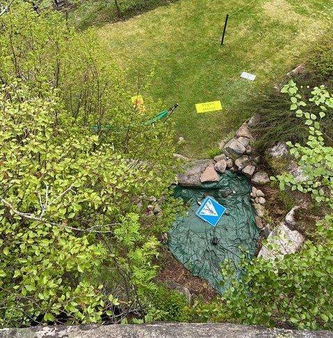Ingar Byman våknet opp til at flere skilt var kastet ned i hagen.