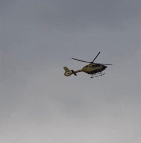 Helikopteret sirklet rundt på Ebbestad og måtte til slutt finne egnet landingssted et stykke unna.