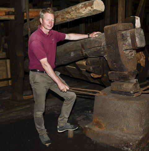 Museumsdirektør Knut Aall har jobbet hardt for at stangjerns-hammeren kan settes i drift.