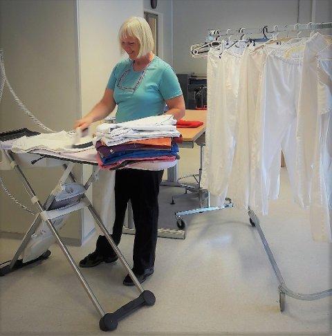 Holder hjula igang: Marianne Sivesind på vaskeriet på Valdres Arbeidssenter på Leira stryker her tøy for en viktig kunde.