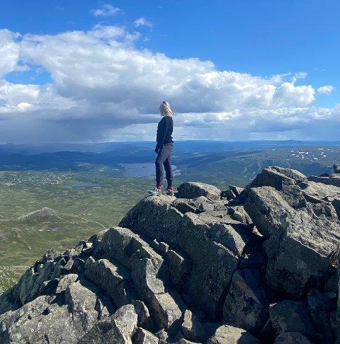 Endelig: Hege Davidsen kom til topps på Bitihorn til slutt –allerede dagen etter redningsaksjonen. – Stien var langt enklere, opplevelsen var veldig mye bedre, og det var fin utsikt fra toppen, forteller 26-åringen. Etter å ha tilbrakt helga i Oslo, planlegger hun nå tur til Besseggen.